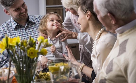Psichoterapeutas: valgant prie šventinio stalo – juokauti pageidaujama