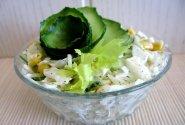Kopūstų salotos su kukurūzais ir agurkais
