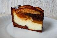 Kakavinis varškės tortas su karamelizuotomis kriaušėmis