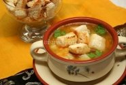Žirnių sriuba su rūkyta mėsa ir skrudinta duona