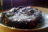 Erikos šokoladinis pyragas su karameliniais obuoliais ir šokolado užpilu