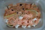 Avokadų ir krabų lazdelių salotos su padažu