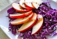 Raudongūžių kopūstų salotos su obuoliais