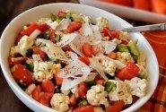 Pomidorų ir žiedinių kopūstų salotos