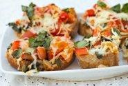 Brusketas su humuso ir tahini užtepėle bei pomidorais