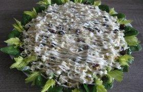 Apsnigtos salotos su silke, sūriu, daržovėmis ir razinomis