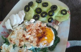 Kiaušiniai su špinatais ir feta sūriu