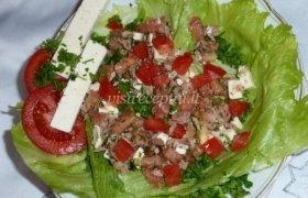 Tuno salotos su feta sūriu
