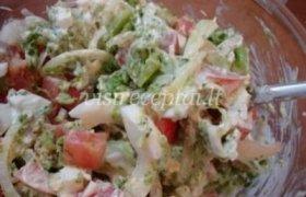 Salotos su brokoliais, pomidorais ir kiaušiniais