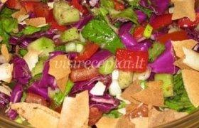 Daržovių salotos su skrebučiais