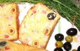 Pyragas su šonine ir alyvuogėmis