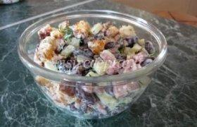 Pupelių salotos su skrebučiais