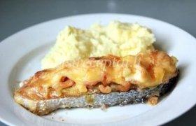 Kepta lašiša su svogūnais ir sūriu