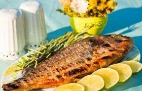 Aromatinga ant grotelių kepta žuvis