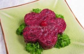 Burokėlių salotos su džiovintomis slyvomis