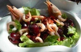 Krevečių salotos su vyšniomis