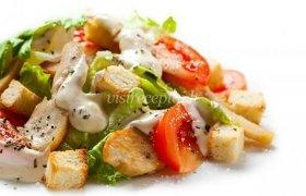 Cezario salotos su marinuotais vištienos kepsneliais ir jogurtiniu padažu