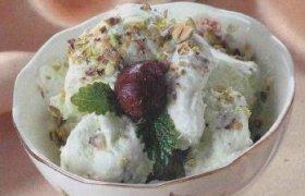 Vaniliniai ledai su įcukrintais vaisiais