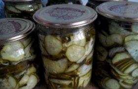 Konservuota agurkų mišrainė