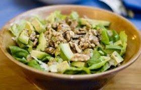 Avokado salotos su riešutais