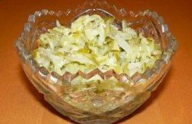 Salierų salotos su raugintais agurkais