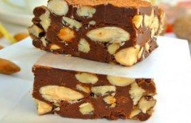 Šokoladinis skanėstas su riešutais