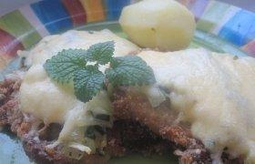 Kiaulienos sprandinės kepsnys užkeptas špinatais ir sūriu