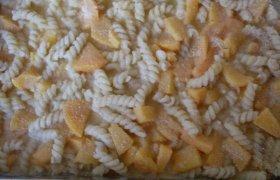Makaronų apkepas su persikais