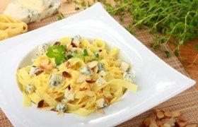 Makaronai su migdolais, sūriu ir žolelėmis