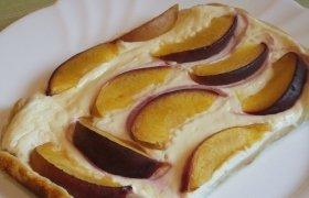Sluoksniuotos tešlos pyragas su varške ir nektarinais