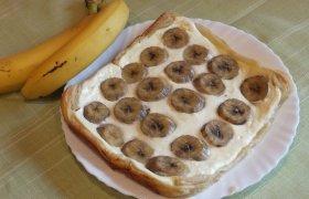 Sluoksniuotos tešlos pyragas su varške ir bananais