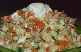 Tuno salotos su sūriu, morkomis ir majonezu