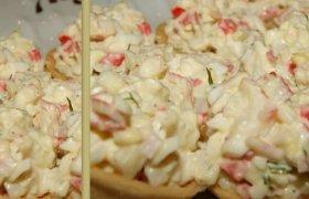 Kokteilinės krabų salotos krepšeliuose