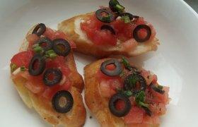 Pomidorų ir juodųjų alyvuogių brusketa