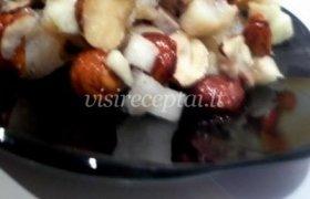 Silkės salotos su obuoliais ir svogūnais