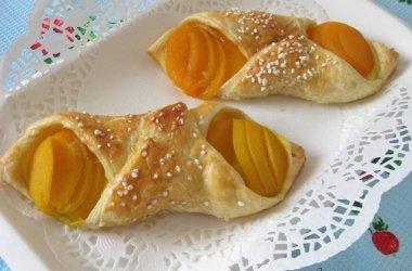 Sluoksniuotos tešlos pyragaičiai su persikais ir kremu