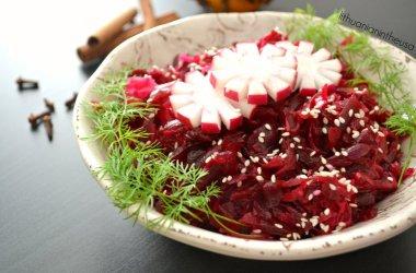 Burokėlių ir raugintų kopūstų salotos