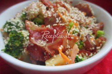 Salotos su brokoliais, vynuogėmis ir kumpiu