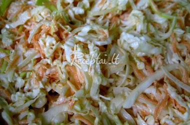 Šviežių kopūstų - morkų salotos su majonezu