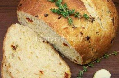Duona su svogūnais, džiovintais pomidorais ir čiobreliais