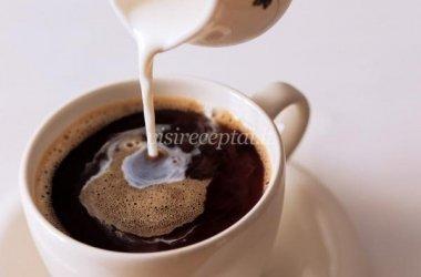 Kava su pienu