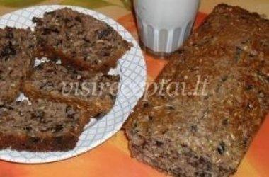 Avižinių dribsnių pyragas su slyvomis ir riešutais