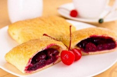 Sluoksniuotos tešlos pyragėliai su vyšnių įdaru