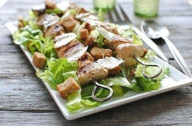 Grilyje kepti vištienos kepsneliai su šviežiomis salotomis
