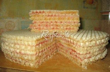 Vaflių tortas su uogiene ir sutirštintu pienu