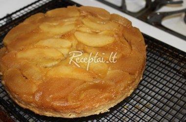Obuolių tortas su plakta grietinėle