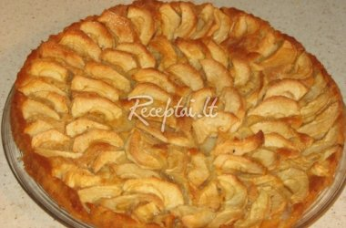 Trapus pyragas su obuolių koše