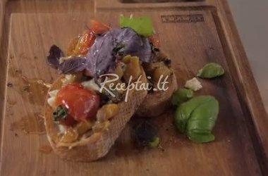 Moliūgo, pomidoro ir gorgoncolos sūrio bruskėtas