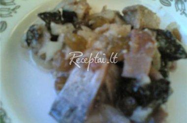 Silkė su džiovintom slyvom ir graikiškais riešutais