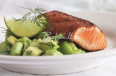 Lašiša su aitriosiomis paprikomis ir avokadų, agurkų salotomis